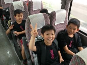 バス出発。あいにくの大雨でも子供達はテンションMAX!